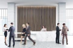 Άσπρη μαρμάρινη υποδοχή, ξύλινοι τυφλοί, άνθρωποι Στοκ Εικόνες