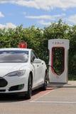 Άσπρη μπαταρία φόρτισης αυτοκινήτων τέσλα πρότυπη S ηλεκτρική Στοκ Φωτογραφία