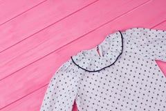 Άσπρη μπλούζα με το σχέδιο ναυτικών Στοκ Εικόνες