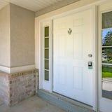 Άσπρη μπροστινή πόρτα με τα ρόπτρα πορτών και τα πλακάκια γυαλιού στοκ φωτογραφίες με δικαίωμα ελεύθερης χρήσης