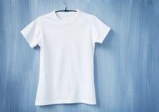 Άσπρη μπλούζα στην κρεμάστρα Στοκ φωτογραφία με δικαίωμα ελεύθερης χρήσης