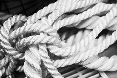 Άσπρη ναυτική δέσμη σχοινιών, κινηματογράφηση σε πρώτο πλάνο μονοχρωματική Στοκ εικόνα με δικαίωμα ελεύθερης χρήσης