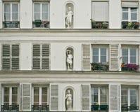 Άσπρη νεοκλασσική πρόσοψη ενός Παρισιού Στοκ Φωτογραφία