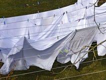 Άσπρη ξήρανση λινού στις σκοινιά για άπλωμα στοκ φωτογραφία με δικαίωμα ελεύθερης χρήσης