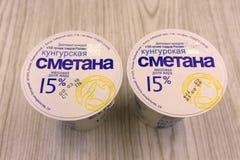 Άσπρη ξινή κρέμα Kungurskaya 15 τοις εκατό λίπους - Ρωσία Berezniki στις 9 Μαρτίου 2018 Στοκ Εικόνες