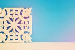 άσπρη ξύλινη διακόσμηση arabesque πέρα από το μπλε υπόβαθρο Στοκ Φωτογραφίες