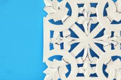 άσπρη ξύλινη διακόσμηση arabesque πέρα από το μπλε υπόβαθρο Στοκ εικόνες με δικαίωμα ελεύθερης χρήσης