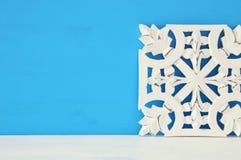 άσπρη ξύλινη διακόσμηση arabesque πέρα από το μπλε υπόβαθρο Στοκ φωτογραφία με δικαίωμα ελεύθερης χρήσης