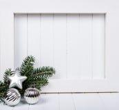 Άσπρη ξύλινη διακόσμηση πλαισίων και Χριστουγέννων πέρα από το άσπρο υπόβαθρο στοκ φωτογραφία με δικαίωμα ελεύθερης χρήσης