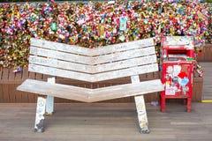 Άσπρη ξύλινη καρέκλα με το λουκέτο της αγάπης στον πύργο Ν Σεούλ Στοκ Εικόνα