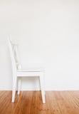 Άσπρη ξύλινη καρέκλα Στοκ φωτογραφία με δικαίωμα ελεύθερης χρήσης