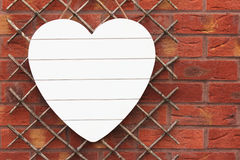 Άσπρη ξύλινη καρδιά στο τουβλότοιχο διάστημα αντιγράφων Στοκ φωτογραφίες με δικαίωμα ελεύθερης χρήσης