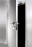 Άσπρη ξύλινη πόρτα ανοικτή Στοκ Εικόνα