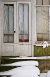 Άσπρη ξύλινη πόρτα με το χιόνι στοκ φωτογραφία με δικαίωμα ελεύθερης χρήσης