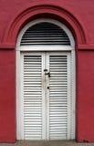 Άσπρη ξύλινη πόρτα Στοκ φωτογραφία με δικαίωμα ελεύθερης χρήσης