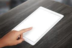 Άσπρη οθόνη ταμπλετών αφής χεριών γυναικών Στοκ εικόνες με δικαίωμα ελεύθερης χρήσης