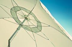 Άσπρη ομπρέλα Στοκ φωτογραφίες με δικαίωμα ελεύθερης χρήσης