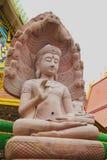 Άσπρη πέτρα που χαράζει το Βούδα με το naga 03 Στοκ Φωτογραφία