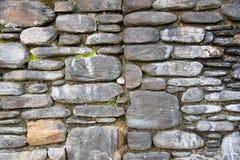 Άσπρη πέτρα σε έναν γκρίζο τοίχο πετρών στοκ εικόνες