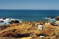 Άσπρη πέτρα στην ακτή Στοκ φωτογραφία με δικαίωμα ελεύθερης χρήσης