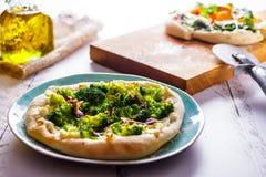 Άσπρη πίτσα με το μπρόκολο και την πλάγια όψη αντσουγιών στοκ φωτογραφία με δικαίωμα ελεύθερης χρήσης