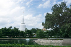 Άσπρη παγόδα σε Wat Phra Sri Rattana Mahathat & x28 Wat Yai& x29  από το bangk Στοκ φωτογραφία με δικαίωμα ελεύθερης χρήσης