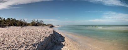 Άσπρη παραλία άμμου και μπλε νερό aqua του περάσματος μαλακίων στη Νάπολη, Flo Στοκ εικόνα με δικαίωμα ελεύθερης χρήσης
