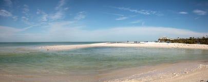 Άσπρη παραλία άμμου και μπλε νερό aqua του περάσματος μαλακίων στη Νάπολη, Flo Στοκ Εικόνες