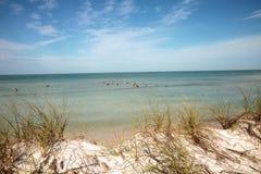 Άσπρη παραλία άμμου και μπλε νερό aqua του περάσματος μαλακίων στη Νάπολη, Flo Στοκ φωτογραφία με δικαίωμα ελεύθερης χρήσης