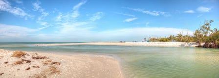 Άσπρη παραλία άμμου και μπλε νερό aqua του περάσματος μαλακίων στη Νάπολη, Flo Στοκ Φωτογραφίες