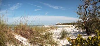 Άσπρη παραλία άμμου και μπλε νερό aqua του περάσματος μαλακίων στη Νάπολη, Flo Στοκ φωτογραφίες με δικαίωμα ελεύθερης χρήσης