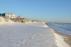 Άσπρη παραλία χιονιού Στοκ φωτογραφία με δικαίωμα ελεύθερης χρήσης