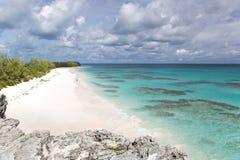 Άσπρη παραλία άμμου με την κοραλλιογενή ύφαλο Στοκ εικόνα με δικαίωμα ελεύθερης χρήσης