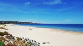 Άσπρη παραλία άμμου μια θερινή ημέρα στοκ φωτογραφία με δικαίωμα ελεύθερης χρήσης