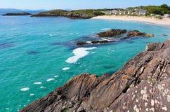 Άσπρη παραλία άμμου στο δαχτυλίδι της ιρλανδικής αγελάδας Στοκ Φωτογραφίες