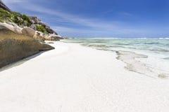Άσπρη παραλία και τυρκουάζ λιμνοθάλασσα, Λα Digue, Σεϋχέλλες Στοκ εικόνα με δικαίωμα ελεύθερης χρήσης