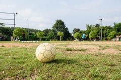Άσπρη παλαιά σφαίρα ποδοσφαίρου στοκ φωτογραφία με δικαίωμα ελεύθερης χρήσης