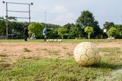 Άσπρη παλαιά σφαίρα ποδοσφαίρου στοκ φωτογραφίες με δικαίωμα ελεύθερης χρήσης