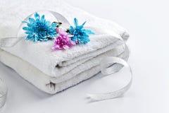 Άσπρη πετσέτα με τα λουλούδια στοκ φωτογραφίες