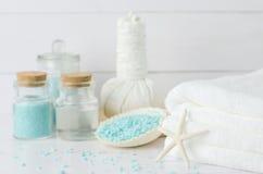 Άσπρη πετσέτα με τα aromatherapy εργαλεία SPA Στοκ Εικόνες