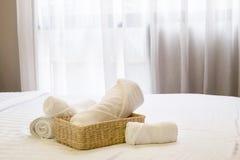 Άσπρη πετσέτα στο καλάθι στη διακόσμηση κρεβατιών Στοκ εικόνα με δικαίωμα ελεύθερης χρήσης
