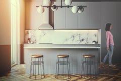 Άσπρη πλάγια όψη κουζινών και τραπεζαρίας που τονίζεται στοκ φωτογραφίες