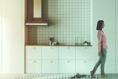 Άσπρη πλάγια όψη κουζινών και τραπεζαρίας που τονίζεται στοκ φωτογραφία