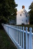 Άσπρη πλαισιωμένη Clapboard οικοδόμηση - χωριό δονητών του Pleasant Hill - κεντρικό Κεντάκυ Στοκ Εικόνα