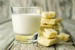 Άσπρη πορώδης σοκολάτα και ένα ποτήρι του γάλακτος Στοκ Εικόνα