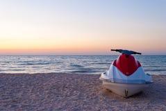 Άσπρη προβολή ύδατος μηχανικών δίκυκλων με το κόκκινο στην ακτή ακτή, παραλία, μπλε ουρανός Στοκ φωτογραφία με δικαίωμα ελεύθερης χρήσης
