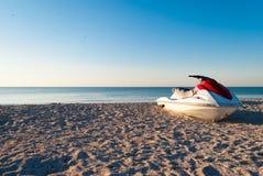 Άσπρη προβολή ύδατος μηχανικών δίκυκλων με το κόκκινο στην ακτή ακτή, παραλία, μπλε ουρανός Στοκ εικόνες με δικαίωμα ελεύθερης χρήσης
