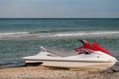 Άσπρη προβολή ύδατος μηχανικών δίκυκλων με το κόκκινο στην ακτή ακτή, παραλία, μπλε ουρανός Στοκ φωτογραφίες με δικαίωμα ελεύθερης χρήσης