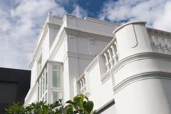 Άσπρη πρόσοψη οικοδόμησης Στοκ Φωτογραφία