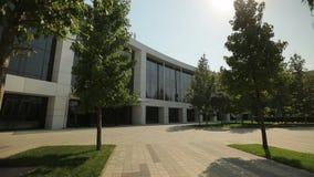 Άσπρη πρόσοψη του σύγχρονου κτηρίου, γενικός πυροβολισμός απόθεμα βίντεο